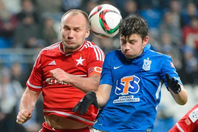Arkadiusz Głowacki (z lewej) walczy o piłkę z Dawidem Kownackim /Fot. Jakub Kaczmarczyk /PAP