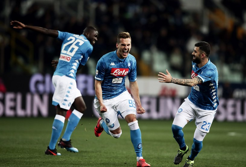 Arkadiusz Milik cieszy się z gola przeciwko Parmie /AFP