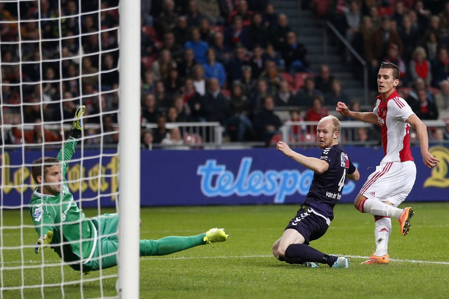 Arkadiusz Milik (po prawej) strzela gola w meczu Ajaxu Amsterdam z Go Ahead Eagles Deventer w lidze holenderskiej /STANLEY GONTHA /PAP/EPA