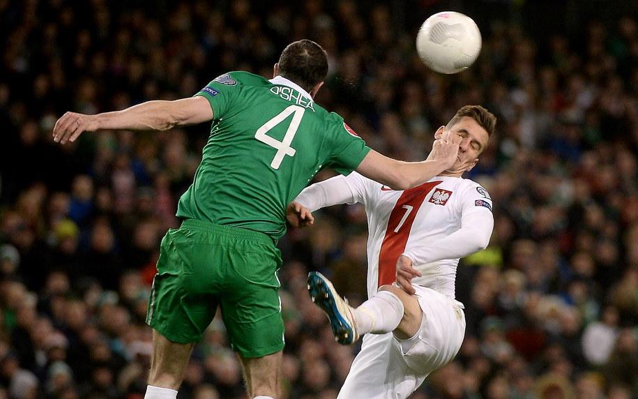 Arkadiusz Milik walczy o piłkę z Irlandczykiem Johnem O'Shea /Bartłomiej Zborowski /PAP