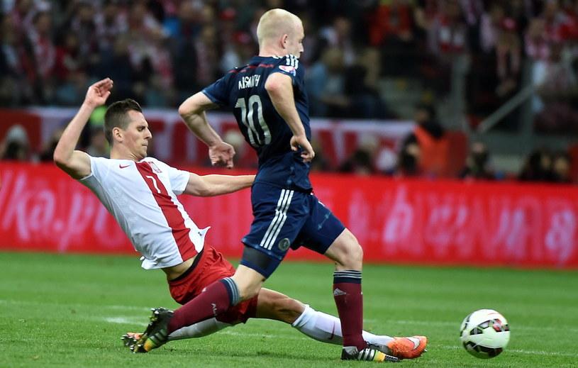 Arkadiusz Milik (z lewej) walczy o piłkę ze Stevenem Naismithem /Bartłomiej Zborowski /PAP