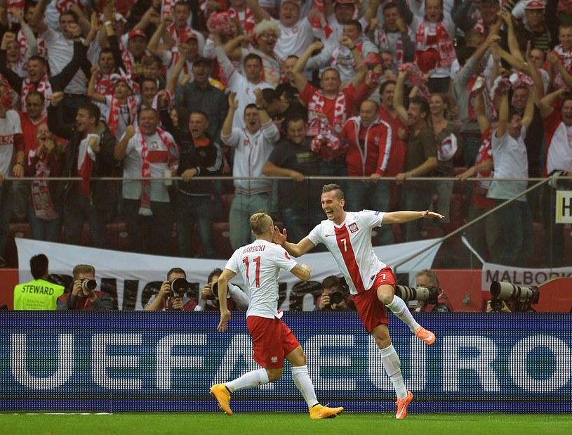 Arkadiusz Milik (z prawej) cieszy się z Kamilem Grosickim podczas meczu Polska - Niemcy. /AFP