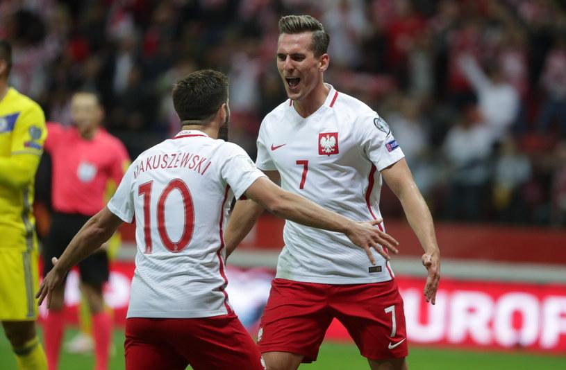 Arkadiusz Milik (z prawej) i Maciej Makuszewski cieszą się ze zdobytej bramki /Fot. Bartłomiej Zborowski /PAP