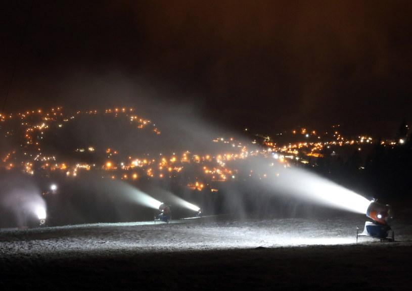 Armatki śnieżne pracujące w nocy z piątku na sobotę na górnym odcinku Gubałówki /Grzegorz Momot /PAP