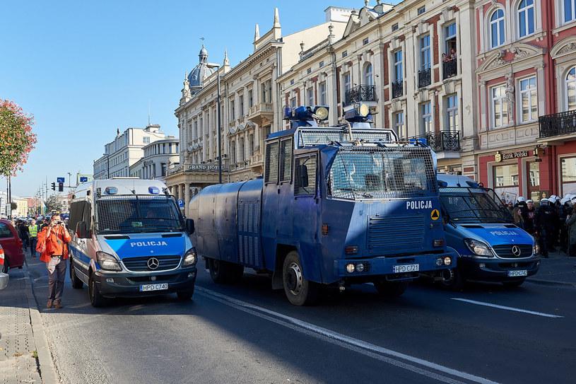 Armatki wodne i radiowozy bojowe to sprzęt używany do tłumienia zamieszek /Piotr Jaruga /Reporter