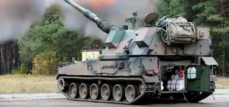 Armatohaubica Krab osdzona na koreańskim podwoziu prowadzi ostrzał na poligonie testowym /YouTube