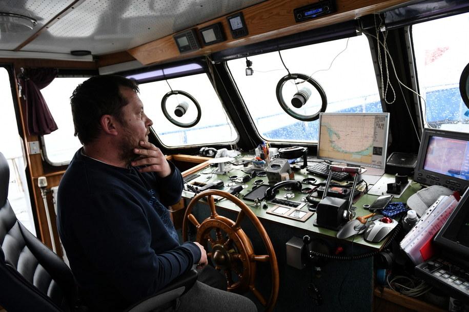 Armator jednostki Nautic II Aleksander Cichosz podczas blokady drogi wodnej do toru podejściowego do portu w Gdyni i Gdańsku kontenerowcowi Maersk / Adam Warżawa    /PAP