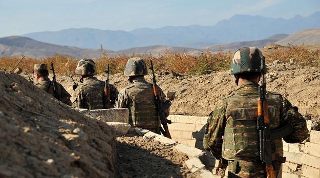 Armeńscy żołnierze w karabaskich okopach. Azerowie są tylko 30 metrów dalej /AFP