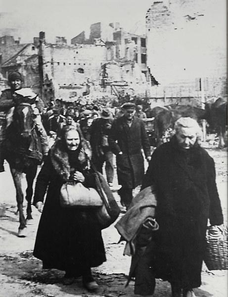 Ruiny gdańskiej starówki w roku 1945 - uchodźcy