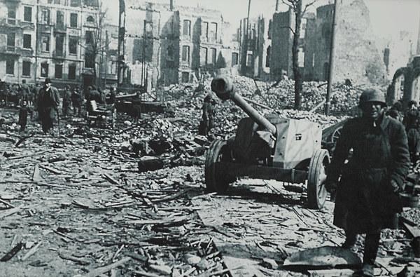 Ruiny gdańskiej starówki w roku 1945 - wkroczenie wojsk radzieckich do miasta