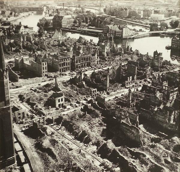 Ruiny gdańskiej starówki w roku 1945