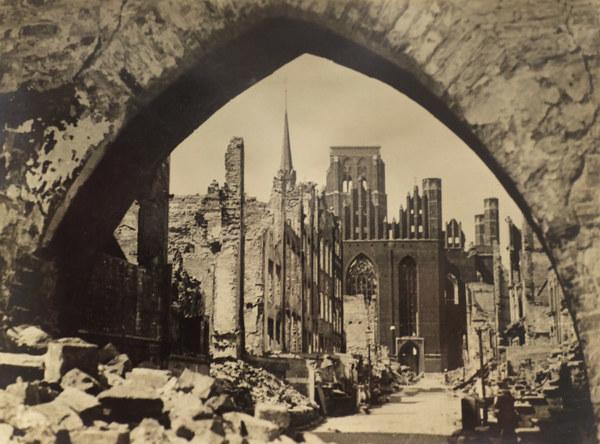 Ruiny gdańskiej starówki w roku 1945 - ulica Mariacka, w głębi gotycka bazylika NMP