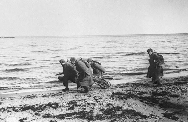 Żołnierze Armii Czerwonej na brzegu Zatoki Gdańskiej