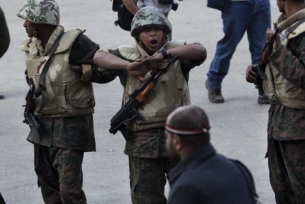 Armia oświadczyła, że zawiesi konstytucję /AFP