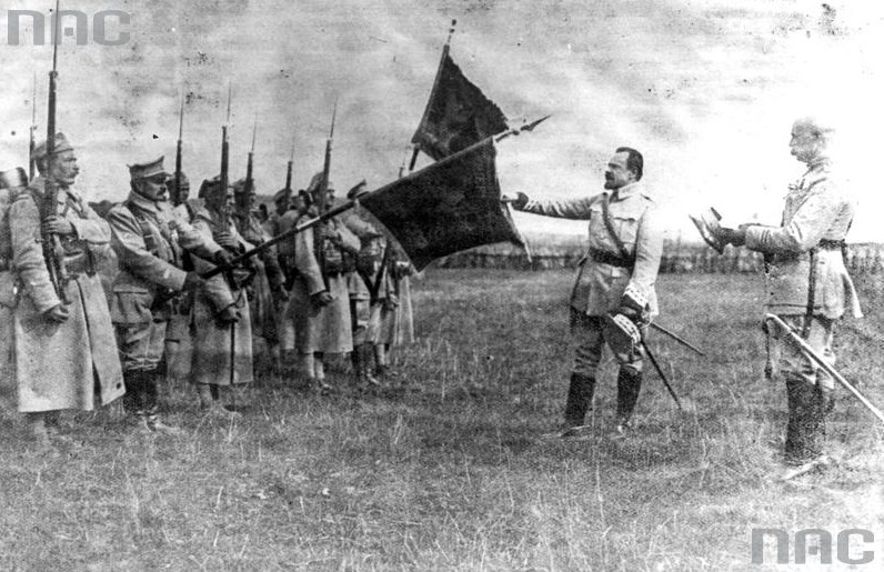Armia Polska we Francji. Objęcie dowództwa przez generała Józefa Hallera (drugi z prawej), który składa przysięgę jako naczelny wódz /Z archiwum Narodowego Archiwum Cyfrowego
