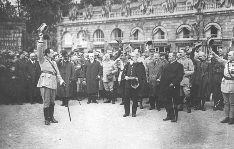 Armia Polska we Francji . Powitanie generała Józefa Hallera (na pierwszym planie pierwszy z lewej) /Z archiwum Narodowego Archiwum Cyfrowego