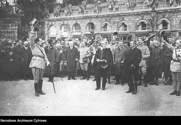 Armia polska we Francji - powitanie generała Józefa Hallera (na pierwszym planie pierwszy z lewej), rok 1918 /Z archiwum Narodowego Archiwum Cyfrowego