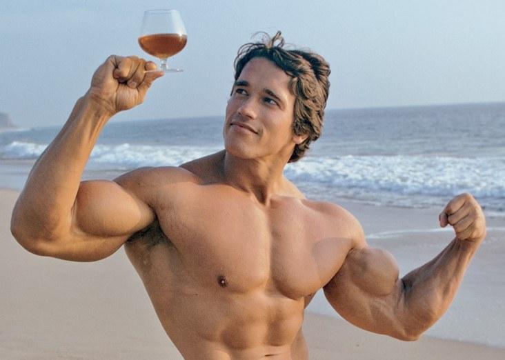 Arnold Schwarzenegger na słynnej kalifornijskiej plaży /East News