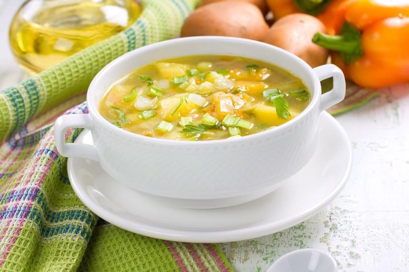 Aromatyczna zupa z pora i ziemniaków na żeberkach /123RF/PICSEL