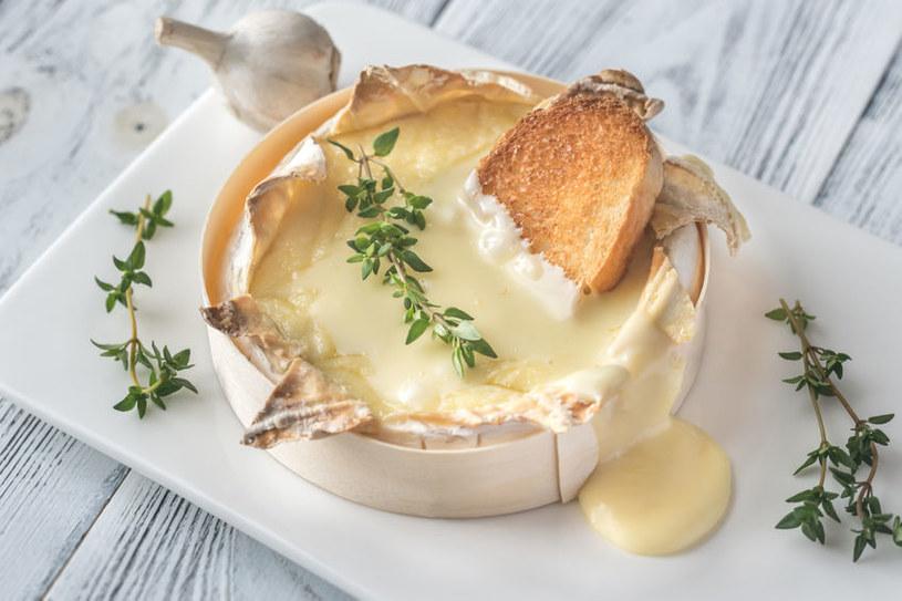 Aromatyczny camembert przygotujesz w około 20 minut /123RF/PICSEL