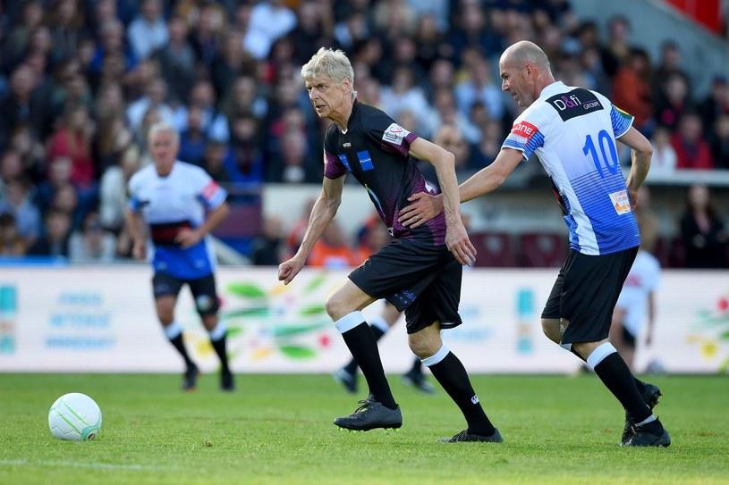 Arsene Wenger na boisku. Ucieka... Zinedine'owi Zidane'owi /AFP