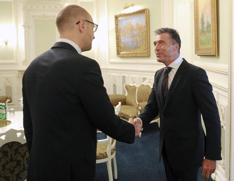 Arsenij Jaceniuk spotkał się z sekretarzem generalnym NATO /AFP
