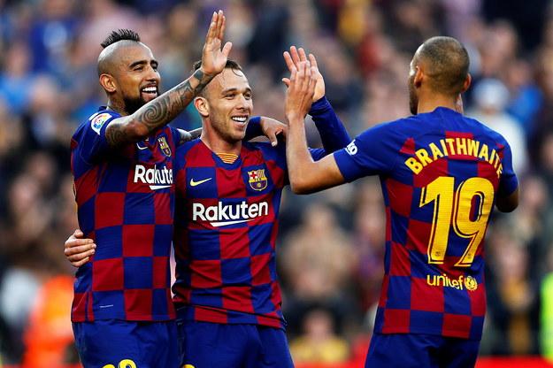Arthur Melo (w środku) cieszy się po golu razem z Martinem Braithwaitem i Arturo Vidalem /ALBERTO ESTEVEZ /PAP/EPA