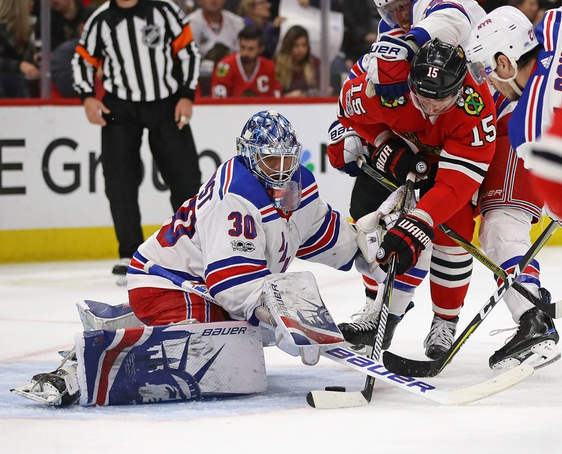 Artiom Anisimow w ataku na bramkę Henrika Lundqvista z New York Rangers /AFP