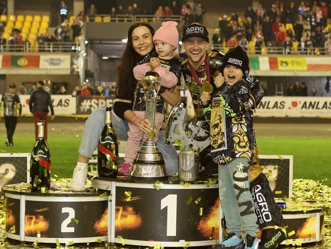 Artiom Łaguta cieszył się z rodziną /Jarosław Pabijan /Flipper Jarosław Pabijan