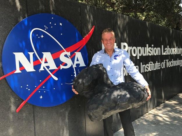Artur B. Chmielewski z modelem komety 67P/Churyumov–Gerasimenko do której poleciała sonda Rosetta /NASA/JPL /Materiały prasowe