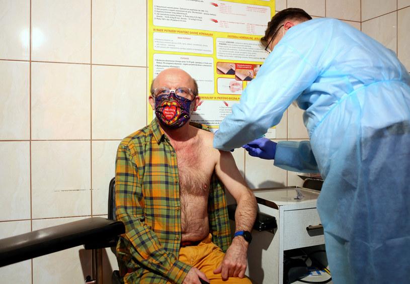Artur Barciś na szczepieniu przeciwko COVID-19 /Jarosław Sender /East News