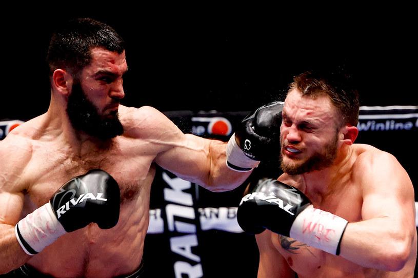 Artur Beterbijew (z lewej) w walce z Adamem Deinesem /Getty Images