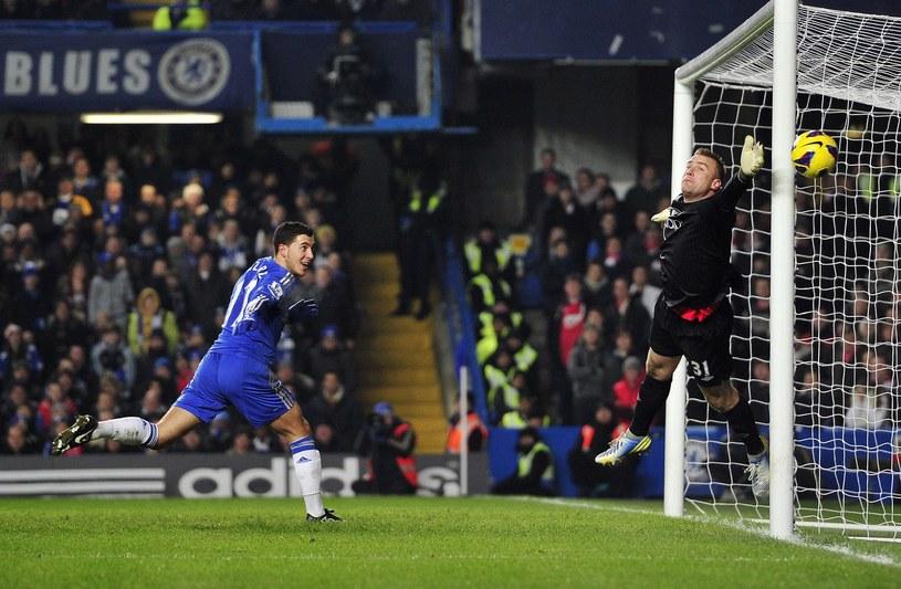 Artur Boruc interweniuje w meczu z Chelsea. Pokonał go właśnie Eden Hazard. /AFP