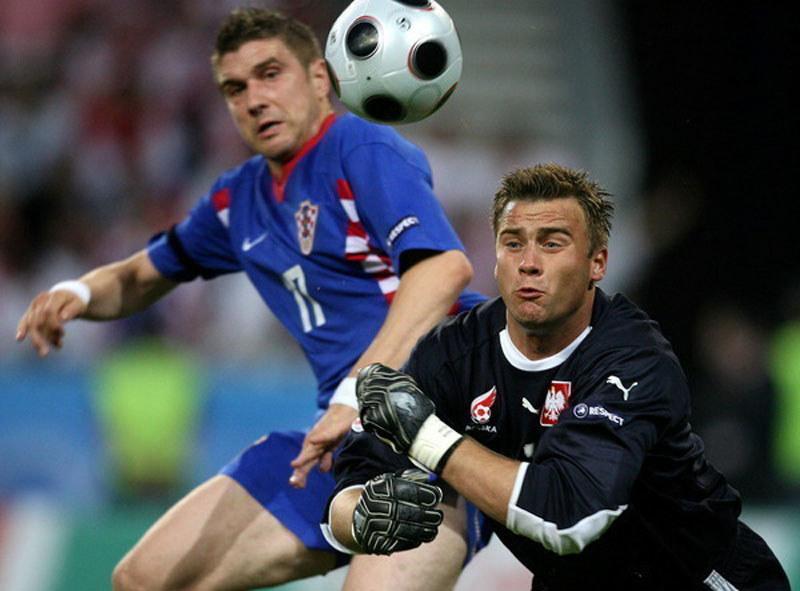Artur Boruc (z prawej) i Ivan Klasnić podczas meczu Polska - Chorwacja na Euro 2008 /AFP