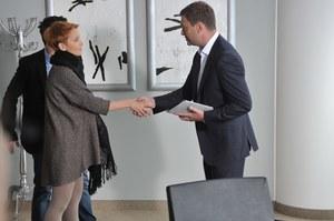 Artur Chowański (Jacek Rozenek) jest gotowy zrobić wszystko, by zdobyć względy Marty (Katarzyna Zielińska). /fot  /Agencja W. Impact