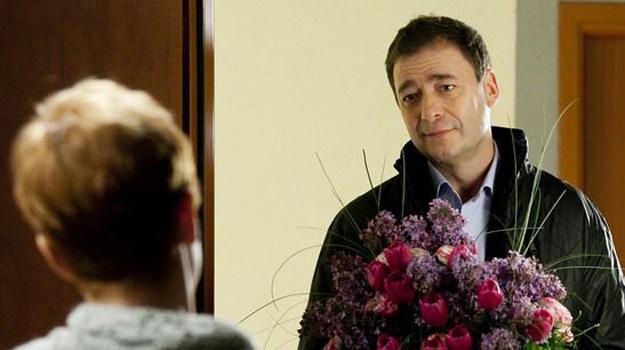 Artur (Jacek Rozenek) liczy na to, że jego wierne uczucie zostanie w końcu zauważone. /ARTRAMA