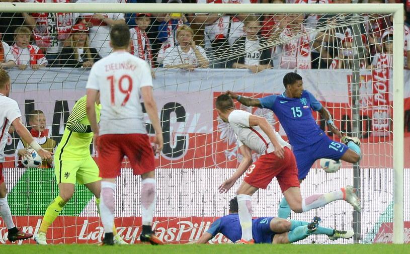 Artur Jędrzejczyk (drugi z prawej) zdobywa wyrównującą bramkę w meczu z Holandią /Bartłomiej Zborowski /PAP