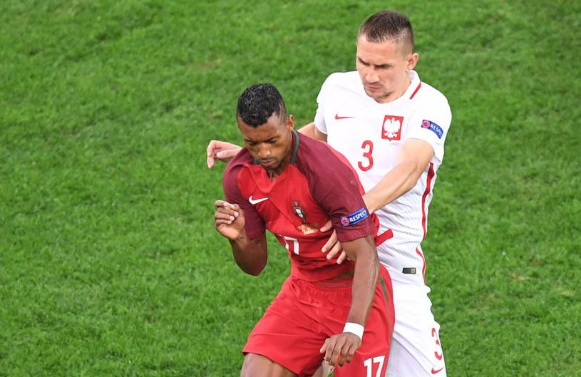 Artur Jędrzejczyk (z prawej) kontra Portugalczyk Nani na Euro 2016 /AFP