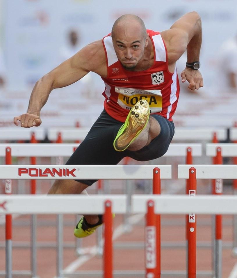 Artur Noga w biegu na 110 m przez płotki podczas lekkoatletycznych mistrzostw Polski w Szczecinie; fot: Jakub Kaczmarczyk /PAP