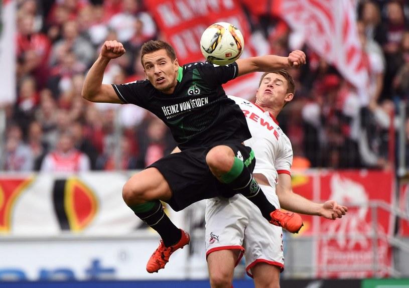 Artur Sobiech (czarny strój) tu w meczu z FC Koeln /AFP