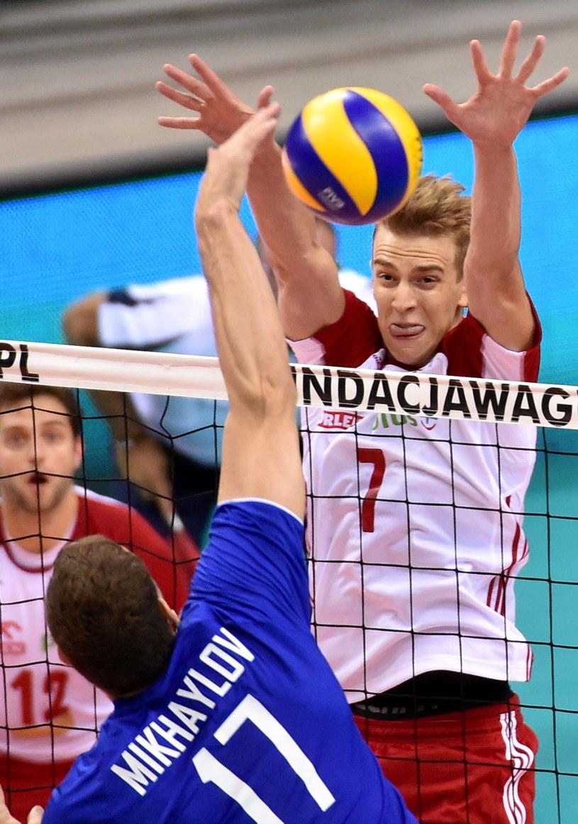 Artur Szalpuk blokuje atak Maksima Michajłowa /fot. Jacek Bednarczyk /PAP