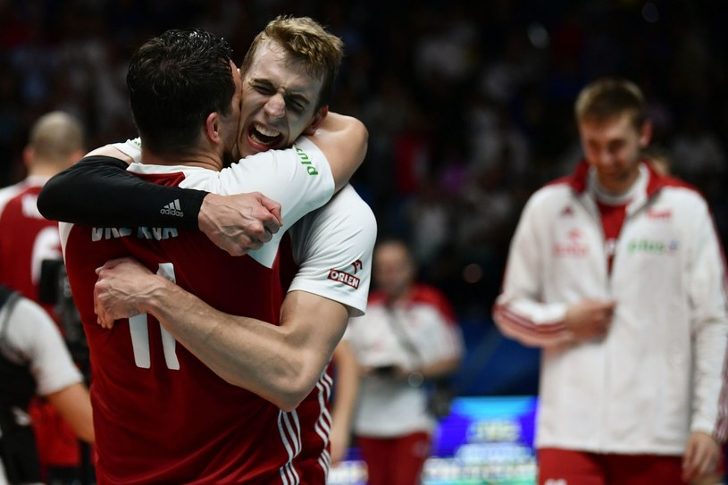 Artur Szalpuk ściska się z Fabianem Drzyzgą po zdobyciu mistrzostwa świata /AFP