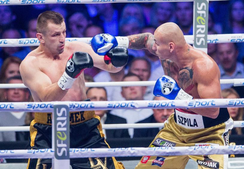 Artur Szpilka (z prawej) kontra Tomasz Adamek podczas Polsat Boxing Night w 2014 roku /Andrzej Iwańczuk /Reporter