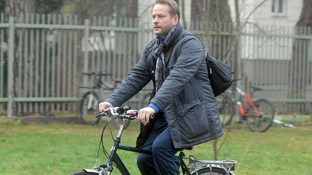 Artur Żmijewski jako ojciec Mateusz na planie 9. sezonu serialu. /Marek Ulatowski /MWMedia