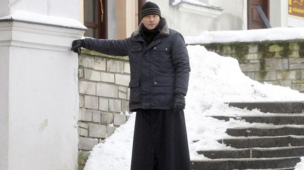 Artur Żmijewski jako ojciec Mateusz na planie serialu. /Engelbrecht /AKPA
