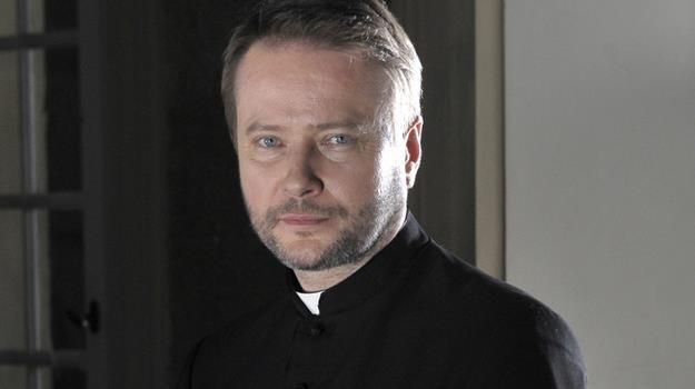 """Artur Żmijewski na planie serialu """"Ojciec Mateusz"""" / fot. Gałązka /AKPA"""