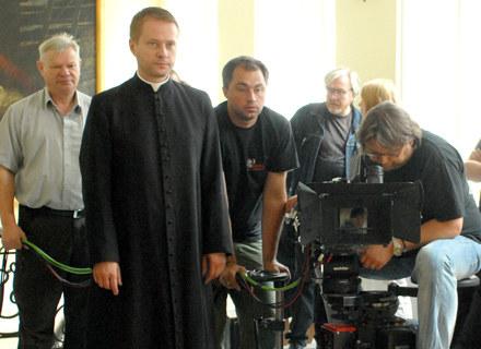 """Artur Żmijewski na planie serialu """"Ojciec Mateusz"""", fot. Marek Ulatowski /MWMedia"""