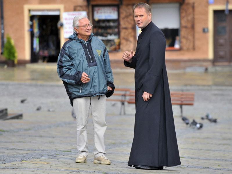 Artur Żmijewski na planie serialu z reżyserem Andrzejem Kostenką /AKPA