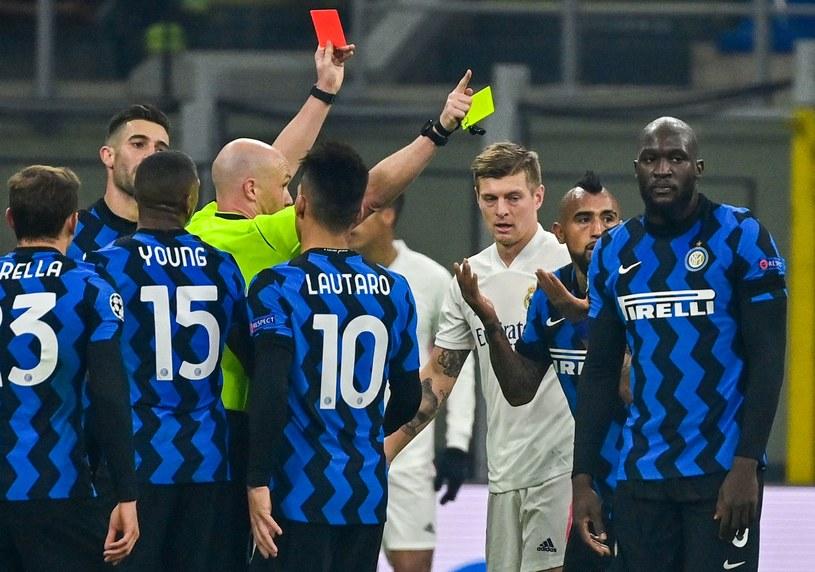 Arturo Vidal (drugi od prawej) ogląda czerwoną kartkę /AFP