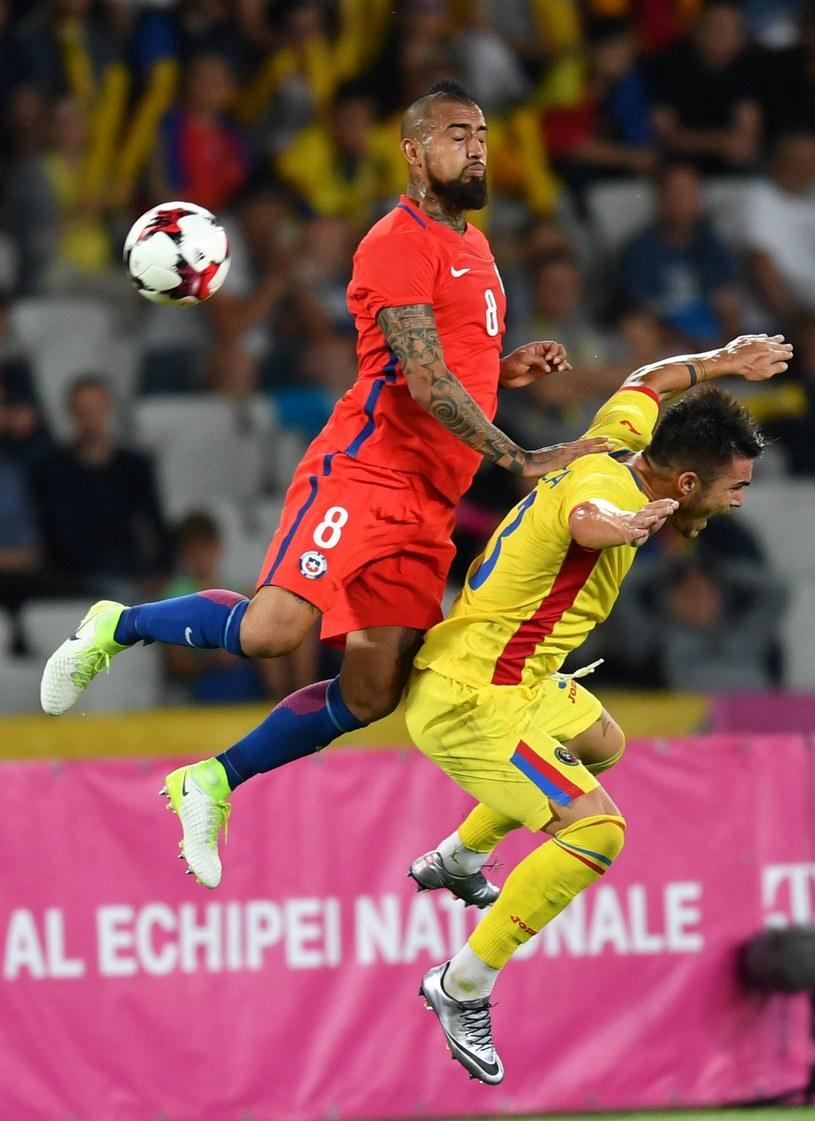 Arturo Vidal (L) z Chile walczy z Nicolae Stanciu (P) z Rumunii podczas meczu towarzyskiego 13 czerwca. /AFP